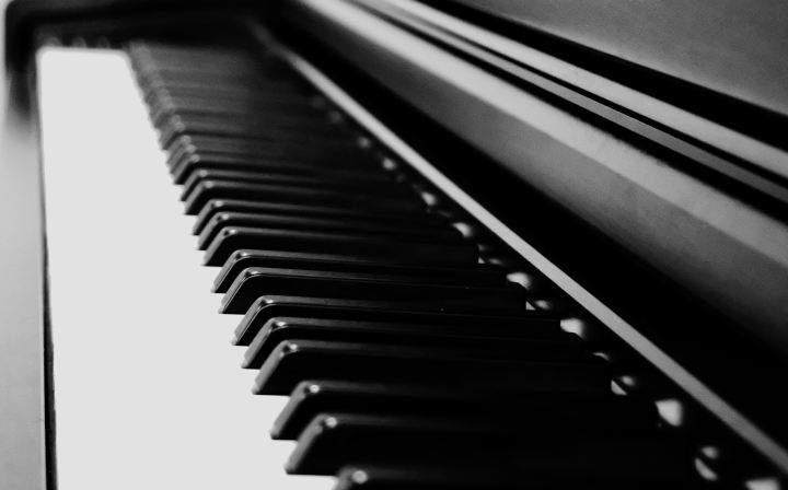 Picture of piano keys (black and white)